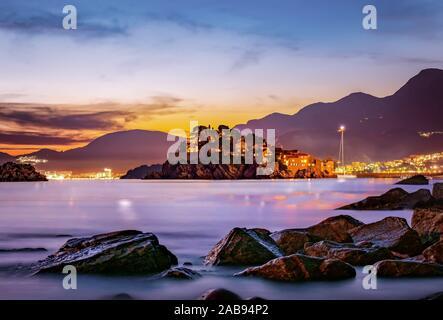 Schloss Sveti Stefan auf einer Insel im Meer bei Sonnenuntergang.