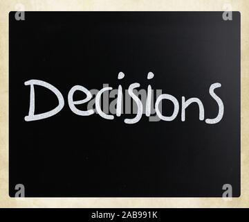 """Das Wort """"Beschlüsse"""" handschriftlich mit weißer Kreide auf einer Tafel. - Stockfoto"""