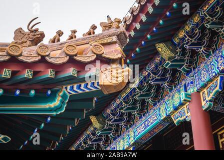 Dach Details von vier großen Regionen aus einer komplexen Mischung von tibetischen und chinesischen Stil auf der Langlebigkeit Hügel im Sommerpalast in Peking, China. - Stockfoto