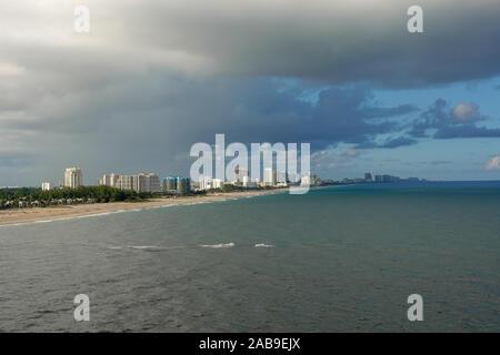 Ft. Lauderdale, FL/USA -10/31/19: Die Ansicht von einem Kreuzfahrtschiff auf den Strand, die Stadt und die Hotels in Ft. Lauderdale, Florida. - Stockfoto