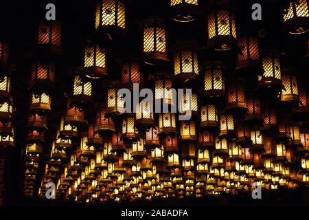 Beleuchtete Laternen in Reihen angeordnet, der Insel Miyajima, Japan, Asien. - Stockfoto
