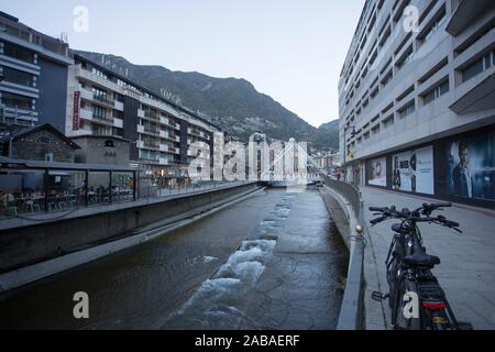 Andorra la Vella am 25. Juli 2019, das renovierte kommerziellen Zentrum in einer Sommernacht.