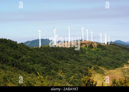 Weiße Windmühlen zu erzeugen Strom auf einem Hügel in Navarra, Spanien. - Stockfoto