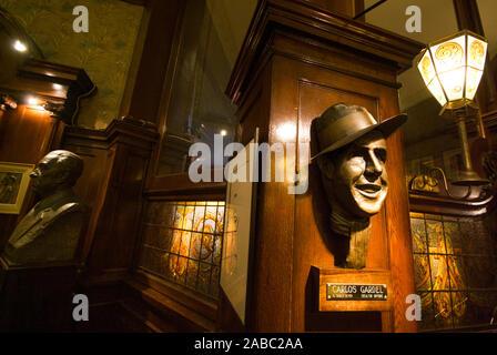 BUENOS AIRES, Argentinien - 7. APRIL: Carlos Gardel Tango Sänger Statue im Cafe Tortoni, cafe Honoratioren in der Avenida de Mayo in der 1858 eröffneten ältesten - Stockfoto