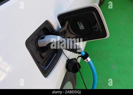 Elektrische Auto auf Parkplatz in Hermannstadt, Rumänien - Stockfoto