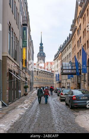 Touristen Flut durch winterliche Topfer Straße vorbei das Hilton zu den berühmten fürstenzug im August Straße. - Stockfoto