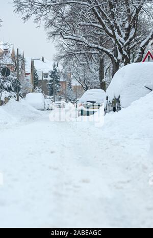 Starke Schneefälle haben den Angriff der Winter in weiten Teilen Deutschlands, auch im Dresdner Stadtteil Klotzsche. - Stockfoto