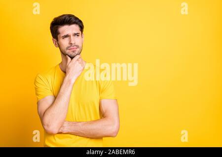 Porträt Seiner er schöne attraktive Unzufriedenheit zweifelnd braunhaarige Kerl trägt t-shirt Denken berühren Kinn über Helle, lebendige/ Isolierte lebendige - Stockfoto