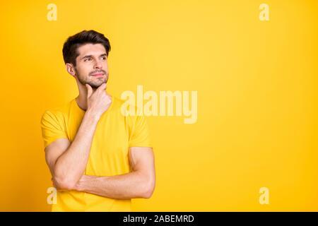 Porträt Seiner er schöne attraktive aufgeschlossen nachdenklich Creative braunhaarige Kerl trägt t-shirt Denken berühren Kinn Kopie Raum über helle isoliert - Stockfoto
