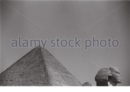 Die Sphinx und die Pyramiden von Gizeh Plateau. - Stockfoto