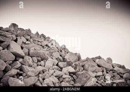 Stapel von Kies, Steine und Felsen in verschiedenen Größen-getonten Bild - Stockfoto