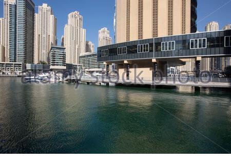 Vereinigte Arabische Emirate - Dubai - Überblick über die Dubai Marina. Dubai Marina ist ein künstlicher Kanal Stadt, entlang einer 2 Meilen (3 km) Ausdehnung des Persischen Golf Küste gebaut. Wenn die gesamte Entwicklung ist abgeschlossen, wird es mehr als 120.000 Menschen in Wohntürme und Villen beherbergen. - Stockfoto