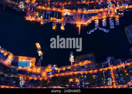 Fantastische Luftaufnahmen abend Stadtbild von klaksvik Stadt mit glühenden Pier, Schiffe und Boote, bordoy Island, Färöer, Dänemark. Landschaftsfotografie - Stockfoto