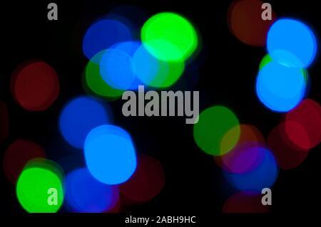 Glühende und festliche farbiges Licht Kreisen aus Kamera und Objektiv bokeh erstellt. Weihnachten Lichterketten defokussierten geben einen verschwommenen Effekt. Hintergrund - Stockfoto