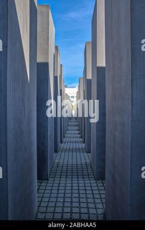 Berlin, Deutschland - 20 April, 2019 - Depressive Ansicht unter den konkreten Stelen am Denkmal für die ermordeten Juden Europas (Holocaust-mahnmal), ein Denkmal ich