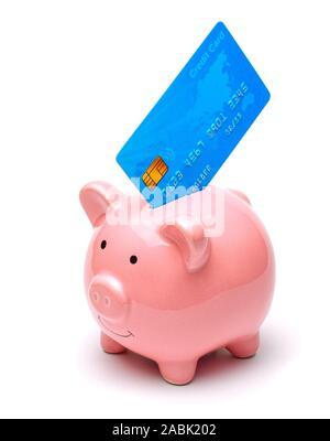 Pink piggy Bank- und Kreditkarten in einer isoliert auf weißem Hintergrund. Wie man Geld auf eine Kreditkarte speichern - Stockfoto