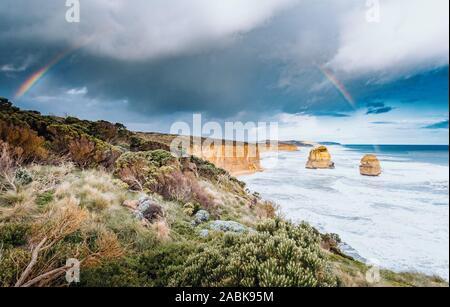 Zwölf Apostel, Great Ocean Road National Park, Victoria, Australien. Rainbow - Stockfoto