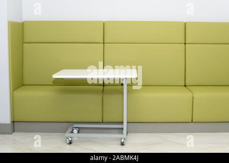 Einrichtung eines modernen Wartezimmer. Klinische mit leeren Sofa für Besucher - Stockfoto