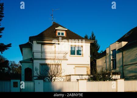 Blick von der Straße von typisch französischen Haus in ruhiger Nachbarschaft in Straßburg mit klaren blauen Himmel im Hintergrund - Stockfoto