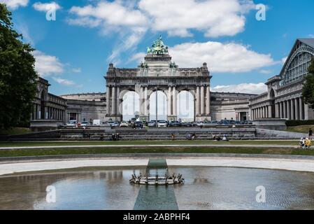 Brüssel/Belgien - 07 03 2019: Der Jubelpark ab City Park mit Springbrunnen, bunten Blumen und die symbolische Arkaden im Hintergrund - Stockfoto