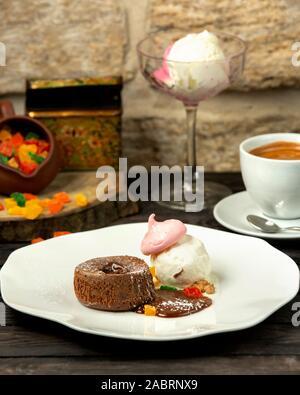 Schokolade Vulkan und Eis mit Meringue - Stockfoto