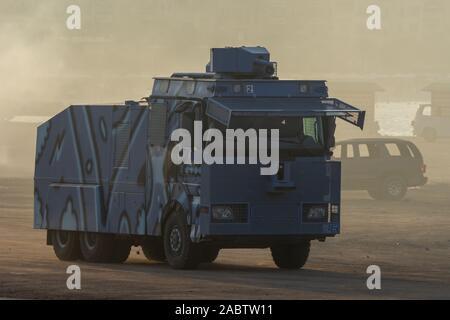 Militärische Fahrzeuge der Polizei die Durchsetzung von Recht und Ordnung im Protest, Krieg und Konflikt durch die Wüste fahren, - Stockfoto