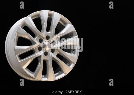 Neue leistungsstarke Silber Aluminium Felge für SUV-Fahrzeuge original auf schwarzen Hintergrund. schönen Konzept, close-up. schoß in einem reifen Shop, Copyspace. - Stockfoto