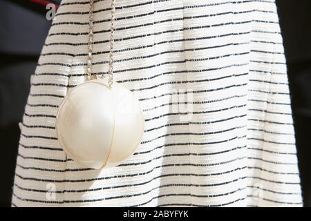 Mailand, Italien - 19 SEPTEMBER 2019: Frau mit weißen Chanel spere Tasche, bevor Genny fashion show, Mailand Fashion Week street style - Stockfoto