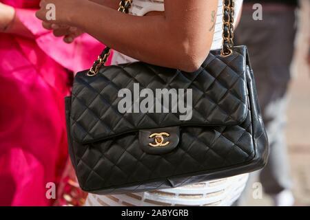 Mailand, Italien - 19 SEPTEMBER 2019: Frau mit schwarzen Chanel Ledertasche mit goldenen Details vor Genny fashion show, Mailand Fashion Week street style - Stockfoto