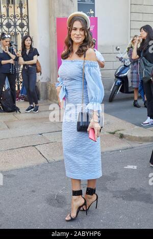 Mailand, Italien - 19 SEPTEMBER 2019: Frau mit blauen Kleid und schwarzen High Heel Schuhe vor Genny fashion show, Mailand Fashion Week street style - Stockfoto