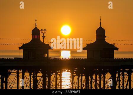 Blackpool Lancashire, UK Wetter. 29. November 2019. Nach einer Bitterkalten Tag über den Nordwesten von England, eine markante winter Sonnenuntergang wirft ihren wärmenden Strahlen auf die Türme auf der berühmten Blackpool North Pier. Credit: cernan Elias/Alamy leben Nachrichten - Stockfoto