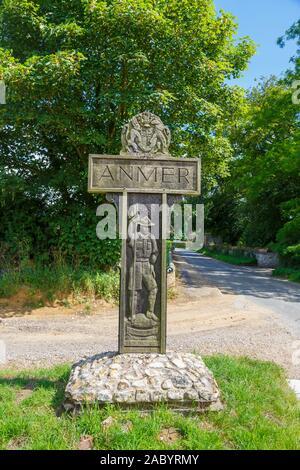 Hölzernes Schild mit dem Namen des Dorfes Anmer, der Heimat der Herzog (Prinz William) und Herzogin von Cambridge, in der Nähe von Sandringham, Norfolk, Großbritannien - Stockfoto