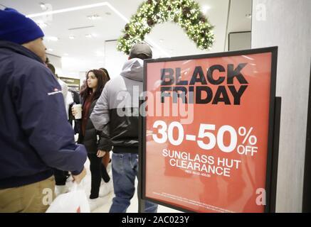 New York, Vereinigte Staaten. 29 Nov, 2019. Shopper Taschen Bestand von Retail Stores Spaziergang durch Rabatt Schwarzer Freitag Zeichen in der Herald Square am Schwarzen Freitag in New York City am Freitag, 29. November 2019. Seit über einem Jahrzehnt, Schwarzer Freitag ist traditionell der offizielle Start in die geschäftige Buying binge zwischen Thanksgiving und Weihnachten eingeklemmt worden. Foto von John angelillo/UPI Quelle: UPI/Alamy leben Nachrichten - Stockfoto