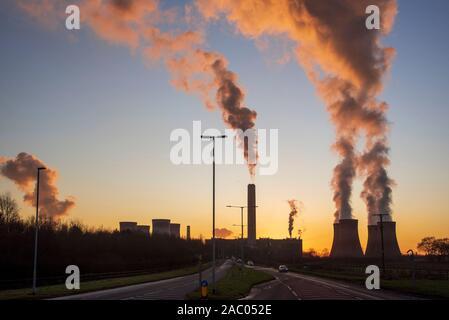Fiddlers Ferry Kohlekraftwerk bei Sonnenuntergang auf Winter Abend.