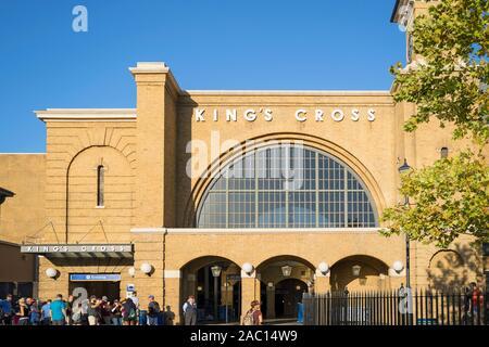 King's Cross Station in der Winkelgasse, Hogwarts Express, Menschen Anstehen am Eingang, Außen, Zauberwelt von Harry Potter, Universal Studios Orlando - Stockfoto