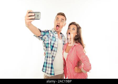 Lustig Paar in Liebe Es selfie Foto mit Smartphone - Stockfoto