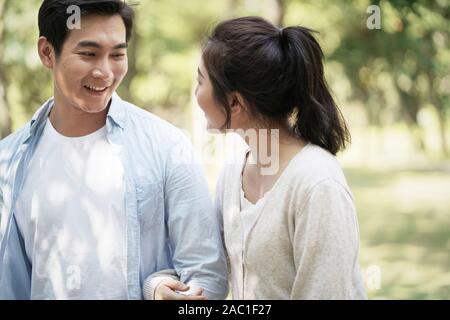 Jungen asiatischen Paar reden chatten Relaxen im Park - Stockfoto
