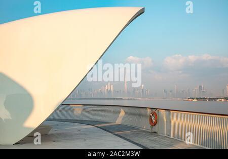 Skyline von Dubai gegenüber Wasser - Stockfoto