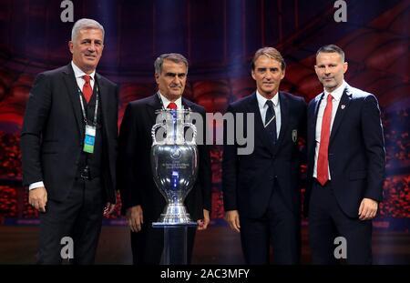 Schweiz manager Vladimir Petkovic (links), Türkei manager Senol Gunes (2. links), Italien Manager Roberto Mancini (2. rechts) und Wales manager Ryan Giggs während der Euro 2020 am Messezentrum Romexpo, Bukarest.