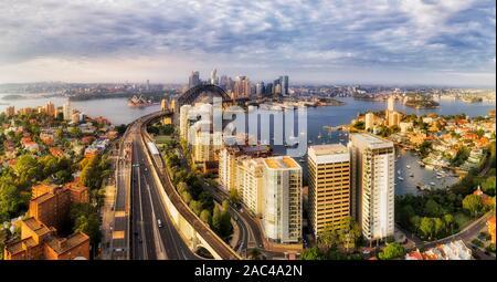 Waterfront der Stadt Sydney CBD am Ufer des Hafens von Sydney die Sydney Harbour Bridge aus Warringah Freeway verbunden und die North Shore zum Circular Qu - Stockfoto