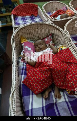 Waisenkind schläft in Krippe im Kinderheim von Mutter Teresa in Kolkata, Indien - Stockfoto