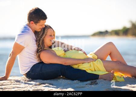 Gerne schwangere Frau mit langem Haar an einem sonnigen Tag, Strand und Park, Familie - Stockfoto