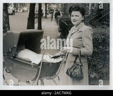 Vintage Foto einer jungen Mutter mit Kinderwagen, 1946. - Stockfoto
