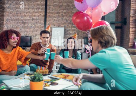 Geburtstag von Freund. Fröhliche glückliche Studenten trinken Wein beim feiern Geburtstag von Freund - Stockfoto