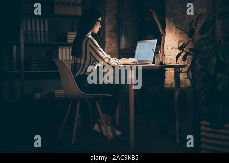 Seite Profil voller Länge Körper Größe Foto von schweren zuversichtlich nachdenklich grübeln Frau denken auf den Rest der Arbeit benötigt Frist durchgeführt werden Stockfoto