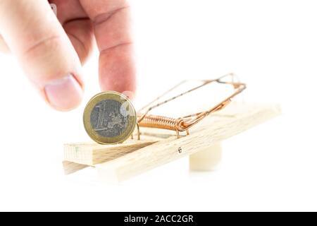 Mausfalle mit weißem Hintergrund und Euro-Münze - Stockfoto