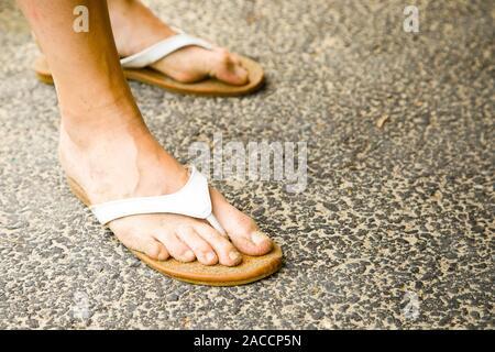 Woman's Füße schmutzig von Sand in weißen Sandalen - Stockfoto