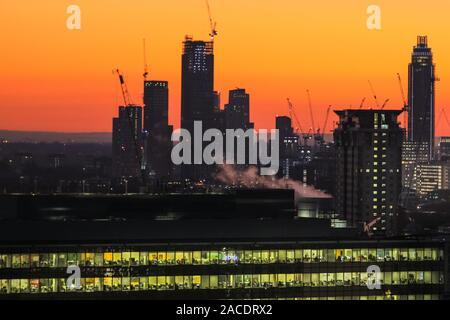 London, UK, 2. Dez 2019. Wolkenkratzer und Baukräne auf der Südseite des Flusses gegen den schönen Himmel. Einen schönen Sonnenuntergang mit klarem Himmel kommt ein kalter aber sonniger Tag in London. Credit: Imageplotter/Alamy leben Nachrichten - Stockfoto