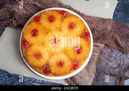Blick von oben auf eine auf den Kopf Ananas Kuchen - Stockfoto