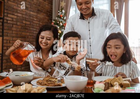 Asiatische Familie Tradition gemeinsamen Mittagessen am Weihnachtstag - Stockfoto
